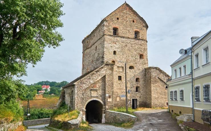 Кушнірська башта (башта Баторія) із Вітряною брамою